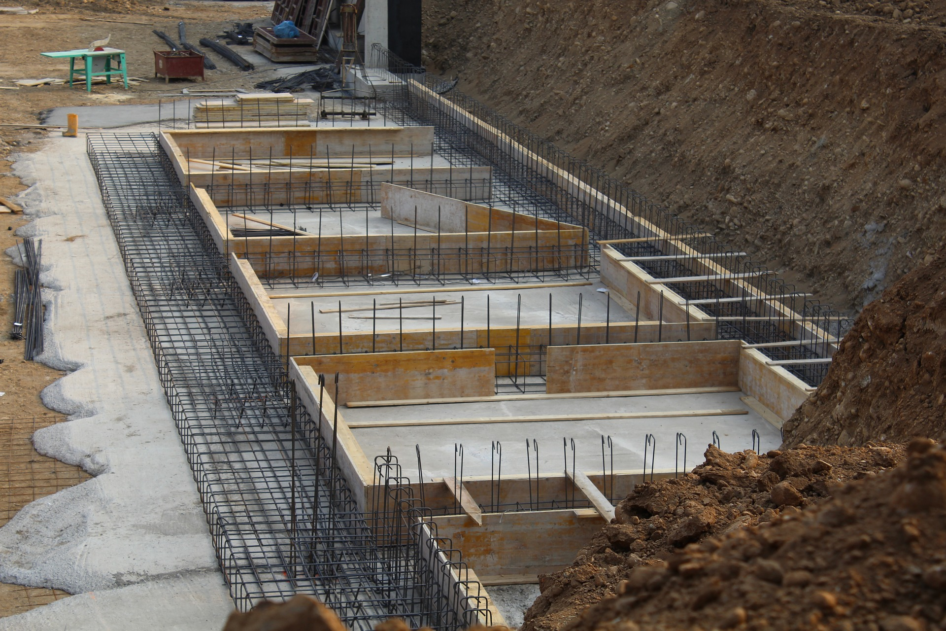 Concrete beam design over the foundations of a building